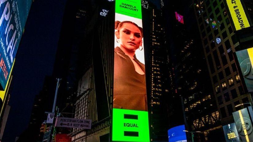 Daniela Darcourt apareció en la portada del playlist Equal, en Times Square, Nueva York