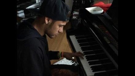 Neymar se relaja tocando el piano