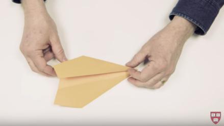 Mira el video y aprende cómo hacer un avión de papel que vuela más de 60 metros