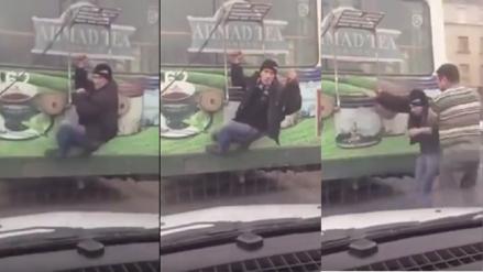 YouTube: Se colgó de la parte trasera del bus para no pagar pasaje pero lo descubren