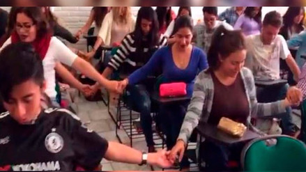 Jóvenes estudiantes realizaron un rezo masivo para aprobar un examen