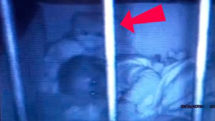 YouTube: graban a oso de peluche moviéndose y abrazando a bebé en su cuna