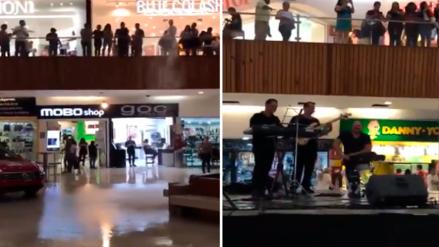 Músicos se ponen a tocar 'Titanic' al ver como se inunda centro comercial