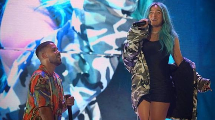 Karol G subió al escenario y cantó con Romeo Santos [VIDEO]
