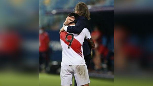 El abrazo de Gianluca Lapadula a sus compañeros de la selección peruana y se convirtió en viral