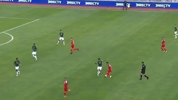 Cueva intenta hacer un 'tunel', pero pierde la pelota y se genera la contra que terminó en gol boliviano