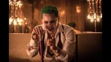 Aparece el mismo club que aparece en el segundo tráiler oficial. Ya sabemos que Harley está bailando en la esquina, así que, ¿con quién está hablando Joker? Puede que con el misterioso villano principal.