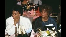 Según Bobby, Whitney tuvo una relación muy larga con su amiga Robyn Crawford, a quien conocía desde la pubertad.