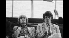 Keith Richards relata en sus memorias que Mick habría tenido relaciones sexuales con la esposa de su amigo Brian Jones en 1962.