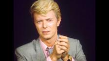 DAVID BOWIE. Trabaja llevando pedidos de una carnicería a domicilio. Con el dinero se pagaba clases de saxofón con Ronnie Roos, quien tocó justamente ese instrumento en una canción de Lou Reed producida por Bowie años después.
