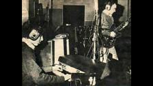 2. Calamaro tuvo muchas bandas. A los 17 ya era tecladista en Raices y luego pasó a otra banda de rock progresivo llamada
