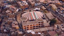 Los Rolling Stones visitaron barrios de Lima. Esta toma aérea muestra una zona de la capital. Al centro hay un colegio y al costado una carpa de Circo.