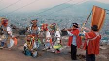 Los danzantes de tijeras llamaron la atención de los músicos. Esta toma que muestra la capital desde un barrio en los cerros de Lima es fantástica.