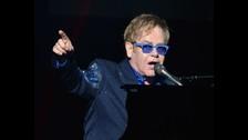 ELTON JOHN. Muchos lo consideran uno de los principales compositores del Reino Unido, pero no escribe sus propias canciones. Elton es un genio del piano, de la composición musical y los arreglos, pero las letras, en su mayoría, son de poetas y escritores que trabajan con él. Sus temas más conocidos son escritos por Bernie Taupin.