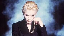2. POR SU VISIÓN CREATIVA E INNOVACIÓN CONSTANTE. Madonna no se mantiene en un solo estilo. Ella ha combinado en el pop, lo ha adaptado a la clase de arte que quería presentar en cada producción y se ha mantenido vigente a pesar del paso de los años.