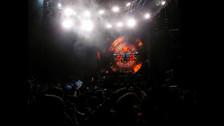 La banda no subió al escenario a las 9pm, sino minutos más tarde. Mientras tanto, la banda emitió videos de la gira.