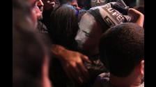 1. Fran Healy decidió ponerse un chullo que le lanzaron desde el público. Lo llevaba puesto cuando bajó del escenario para cantar con sus fans.