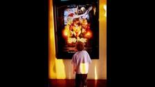 Un niño de tres años en Colorado mira de cerca el afiche que anuncia la película.