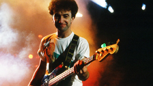 1. Aunque la mayoría cree que es un tema de Freddie Mercury, la canción fue compuesta por John Deacon, bajista de Queen.
