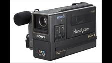 VIDEOGRABADORA  Estas máquinas que permitieron masificar el uso de las cintas de video y guardar recuerdos importantes de nuestras vidas, quedó obsoleta con los dispositivos de almacenamiento virtual.