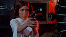 PORQUE REVOLUCIONÓ LA IMAGEN DE LAS PRINCESAS. Carrie interpretó de manera magistral a Leia, una princesa que debaja en el pasado a las chicas frágiles. Leia era fuerte, tenía coraje, más incluso que el resto de protagonista. Era una rebelde, justo como Carrie.
