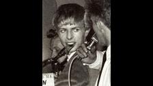 CREE EN TI MISMO. Cuando Bowie saltó al estrellato no habían formas de romper el hielo mediático como lo hacemos ahora con las redes sociales. Allí dependías mucho de las compañías, representantes y esas cosas. El primer sencillo de Bowie se estrenó en 1964, pero recién en 1969 daba entrevistas gracias al éxito de su canción Space Oddity.