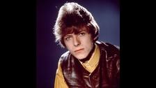PENSAR MÁS ALLÁ DE LOS MOLDES. Bowie hizo música en una época en la que dominaban la cultura urbana The Velvet Underground y Andy Warhol. Muchos artistas londinenses tenían en ellos un paradigma a seguir, pero Bowie prefirió ver más allá. Bowie conoció en persona a ambos referentes y los encuentros no fueron gran cosa. Él veía más allá que los demás, siempre buscaba musas e influencias inesperadas.