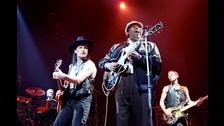 B.B. KING. La leyenda del blues abrió el concierto de U2 tres veces a finales de 1987. Luego volvió a hacerlo 44 veces entre 1989 y 1990. Incluso compartieron el escenario.