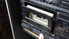 Ese delicioso sonido del cassette encajando en el reproductor.