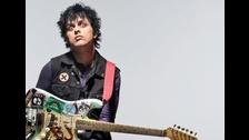 1. Es un músico autodidacta. Él declaró que nunca le gustaron las clases de guitarra porque no sabía ller partituras.