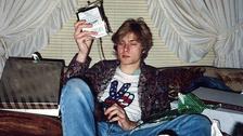 1. PORQUE EMERGIÓ DESDE ABAJO. Kurt Cobain es un ejemplo de que la música puede ser la mejor manera de dominar tus demonios, de sobreponerte a una vida dura y convertirte en estrella.