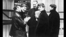 La idea original de George Martin era que la portada mostrara a la banda en el Zoológico de Londres, pero los administradores no aceptaron.