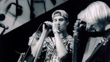 Cuando tenía solo 15 años, Adam y sus amigos formaron la banda Kar's Flower.