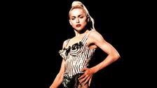 """De Madonna dijo: """"Édith Piaf apenas medía 20 centímetros, llevaba siempre un modesto traje negro y cantaba sin escenografía ni luces. Con todo, su voz bramaba por encima del viento, con el poder de comunicación más increíble. Me gustaría ver a Madonna intentarlo."""""""