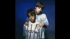 Otro detalle es que Manchester es la ciudad de los hermanos Gallagher. No podría haber mejor gesto que tocar juntos en su ciudad después de una tragedia que la ha golpeado tan duro, como este atentado.