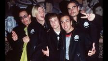 Los Backstreet Boys se adueñaron de los noventa y robaron suspiros. Seguro alguien en tu casa aún tiene guardado un posters de ellos.