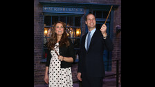 LA FAMILIA REAL BRITÁNICA. Kate Middleton y los príncipes Harry y William visitaron los estudios de Harry Potter studios 2011. William, futuro rey de Inglaterra, confesó que es fan de las películas, pero que no ha leído los libros.