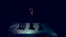 El show empezó con uno de los integrantes del elenco clavando una bandera.