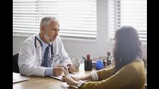 """VISITA AL MÉDICO REGULARMENTE. La mayoría va al doctor sólo cuando se siente tan mal que ya está planeando llamar a la familia para que """"escuchen mis últimas palabras"""". Si tienes un seguro de salud, aprovéchalo y programa tu chequeo anual. Así te mantendrás saludable y sin preocupaciones."""