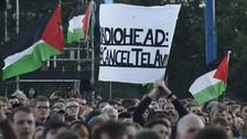 La cosa fue creciendo con los días y se puso mucho más tensa. Muchos artistas le han pedido a Radiohead que elija de qué lado quiere estar, si del lado del oprimido o del opresor. Activistas han iniciado un boicot para que, si Radiohead toca en Israel, se imagen quede manchada para siempre.