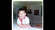 John Stamos también publicó una foto de sus años de infancia.