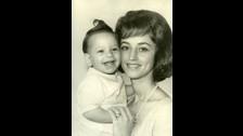 Este es John Stamos junto a su madre, quien fuera una popular modelo de bañadores en Inglaterra.