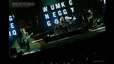 El concierto comenzó con material de archivo de la banda. De fondo sonaba el tema
