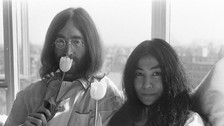 John Lennon y Yoko Ono : Una pareja diferente . John Lennon gozaba del éxito cuando conoció a Yoko Ono en una galería de arte. Contrajeron matrimonio en 1969 y tiempo después, The Beatles se separaron. Los rumores acusaban a Ono de esta separación, mientras otros hablaban de una mala relación dentro Paul McCartney y Lennon. En 1980, el cantante fue asesinado.
