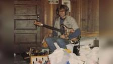 A los 18  años, mientras practicaba con su guitarra en su habitación. Washington (1985)
