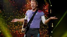 Chris Martin: Una muy curiosa es la del líder de Coldplay. El cantante se cepilla los dientes antes de salir al escenario porque cree que le ayudará a afinar su voz.