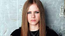 """Avril Lavigne: Mantenerse alejada de los escenarios, ha hecho que las personas especulen sobre su estado de salud y hasta de su vida. La intérprete de """"Complicated"""" fue dada por muerta en el 2003."""