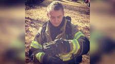 E! News indica que Blake, interpretado por Nicky, es bombero.